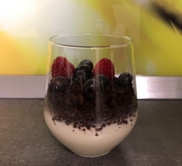 VASITOS DE QUESO Y CHOCOLATE CON FRUTOS ROJOS